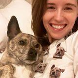 Das muss wahre Liebe sein! Hunde-Mama Katherine Schwarzenegger trägt das Konterfei von Hund Maverick sogar nachts auf ihrem Pyjama.