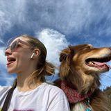 Sich einfach mal den Wind um die Nase wehen lassen: Unterwegs mit Hund Finn erlebt Schauspielerin Amanda Seyfried die besten Abenteuer.