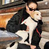 Lena Meyer-Landrut verbringt am liebsten Zeit mit ihrem Hund Kiwi, wie hier während ihres entspannten Winterurlaubs in den Bergen.