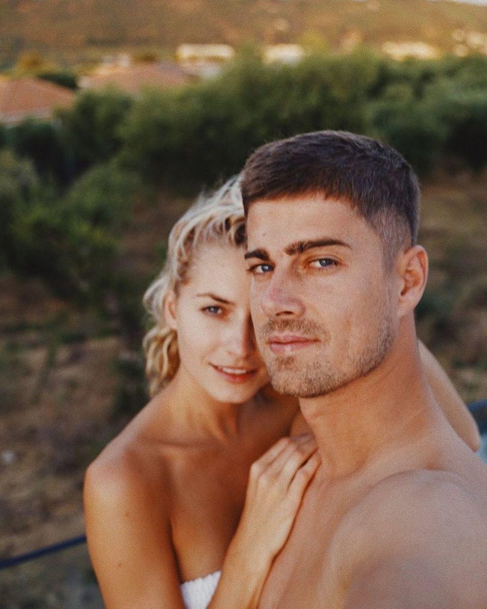 25. August 2019  Auf der griechischen Insel Zakynthos nehmen sich das erfolgreiche Model und Unternehmerin und der Werbefilm-Regisseureine wohlverdiente Auszeit zu Zweit.