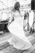 Die Hochzeit von Ellie Goulding und Caspar Jopling ist zwar schon ein paar Monate her – ein paar Geheimnisse lüftete die Sängerin aber erst jetzt. Zum Beispiel, dass sie am Sonntag nach der Hochzeitsfeier ein weiteres Brautkleid trug, am Tag zuvor hat sie schon invier Kleidern gefeiert. Das Blusenkleid mit Maxi-Länge stammt von Carolina Herrera.