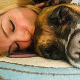 Sonya Kraus kuschelt mit ihrer Boxer-Hündin