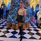 Auf ihre langen Beine ist Anna Ermakova sichtlich stolz und setzt sie mit Overknees und Highwaist-Rock perfekt in Szene. Dazu trägt die Tochter von Boris Becker einen rosafarbenen Rollkragenpulli, der sie vor dem kalten Londoner Winterwetter schützt. Ein elegant-femininer Look, der die schöne Figur des Models perfekt zur Geltung bringt. Bahnt sich hier etwa ein Style-Wandel an und hängt Anna ihre extravaganten Looks an den Nagel?