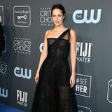 Phoebe Waller-Bridge trägt eine asymmetrische Robe von Dior.