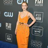 Rachel Brosnahan wählt ebenfalls ein orangefarbenes Outfit. Das tief ausgeschnittene Kleid von Carolina Herrera begeistert vor allem mit Glitzerapplikationen.
