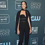 Serienliebling Mandy Moore setzt auf einen coolen Jumpsuit von Elie Saab. Der herzförmige Ausschnitt und das Cape geben dem Look das verspielte Etwas.