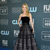 Auch Nicole Kidman setzt an diesem Abend auf Schwarz. Sie posiert in einer schwarzen Robe von Armani für die Fotografen.