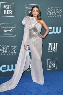 Wow! Kate Beckinsale begeistert in einer Kreation aus der Feder von Julien Macdonald. Das asymmetrische One-Shoulder-Design, opulente Details an der Schulter, ein Schleier und Glitzerapplikationen machen das Dress zu einem absoluten Hingucker.