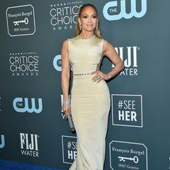 Jennifer Lopez setzt ihre Kurven in einem hautengen, hellen Kleid von George Shobeika in Szene.