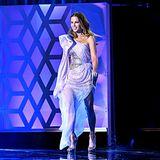 Kate Beckinsale schwebt regelrecht über die Bühne der Critcs' Choice Awards.