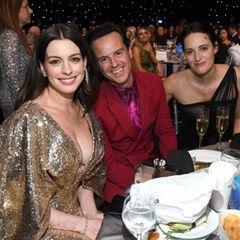 """Fröhliche Tischnachbarn: Anne Hathawayund die """"Fleabag""""-Stars Andrew Scott und Phoebe Waller-Bridg"""