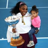 12. Januar 2020  Strahlend mit Titel und Tochter: Serena Williams ist die Gewinnerin der ASB Classics 2020 imneuseeländischen Auckland, im Finale der Damen besiegte sie dort die US-Amerikanerin Jessica Pegula. Der kleinenAlexis Olympia scheint der ganze Trubel dann aber doch nicht ganz geheuer.