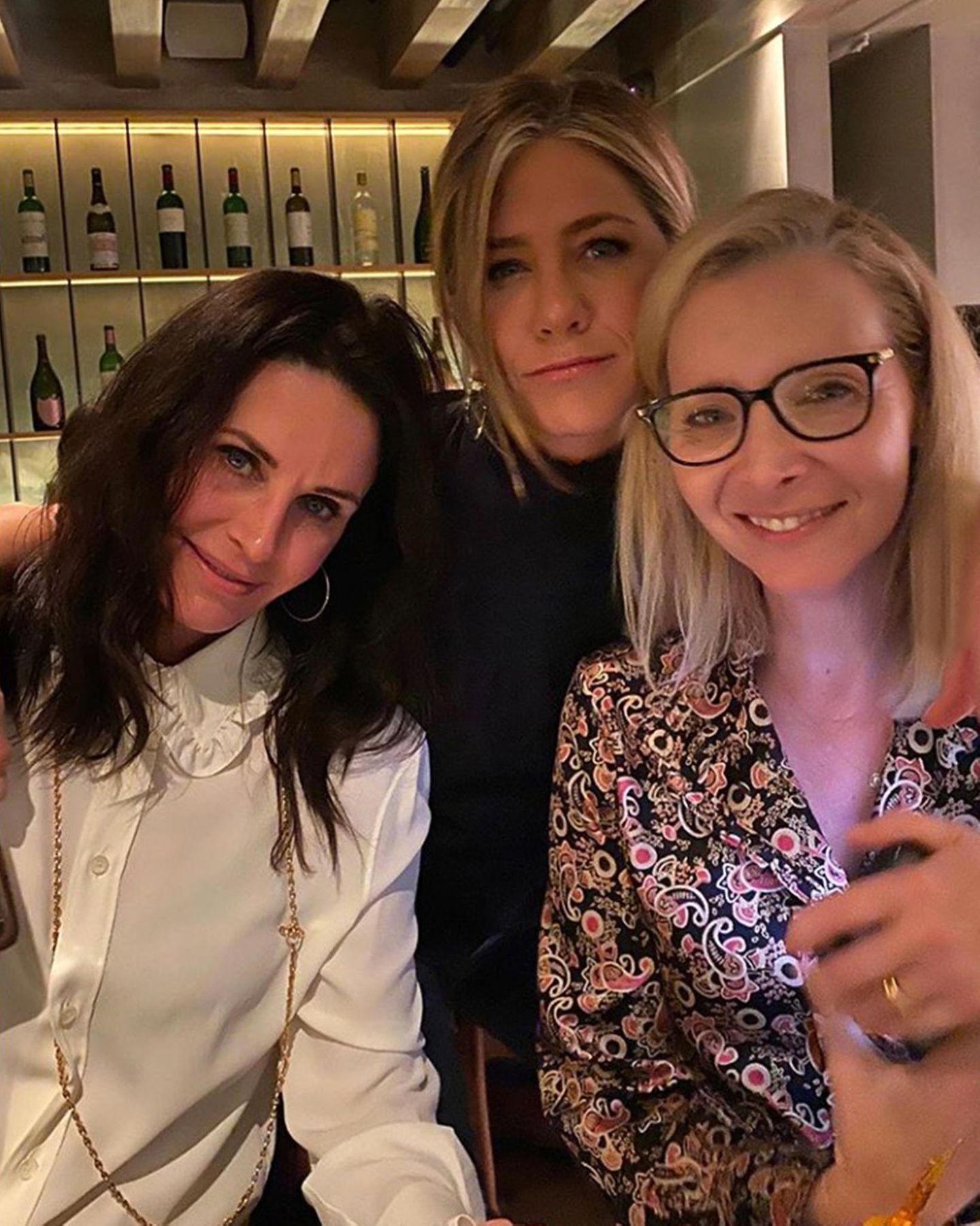 """Dass Courteney Cox, Jennifer Aniston und Lisa Kudrow auch Jahre nach dem Ende von """"Friends"""" immer noch dicke Freunde sind, ist bekannt. Über neue Bilder der drei freuen wir uns aber immer noch. Entweder ganz lässig, wie Jen es auf ihrem Instagram-Profil gepostet hat ..."""