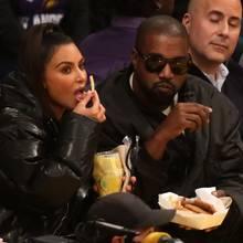 Date-Night für Kim Kardashian und Kanye West: Gemeinsam schauen sie sich das Basketball-Spiel der Los Angeles Lakers gegen die Cleveland Cavaliers an und gönnen sich dabei feinstes Stadion-Food. Doch Kim lässt ihre gesündere Variante mit frischen Früchten für die frittierten Snacks auf der Pappschachtel ihres Mannes links liegen. Statt Ananas und Mango mampft sie lieber knusprige Pommes frites – Mahlzeit!