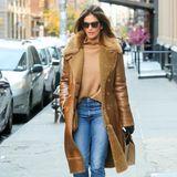 Im winterlichen Manhattan wird Cindy Crawford von Paparazzi gesichtet. Ihre Stiefeletten von Sarah Flint sowie ihren warmen Pulli vonVeronica Beard hat sie farblich perfekt auf ihren flauschigen Chloé-Mantel abgestimmt. Ein stylisher Look, der von ihrer Tochter Kaia inspiriert ist ...