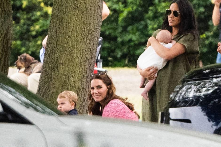 Herzogin Catherine (mit Prinz Louis) und Herzogin Meghan (mit Baby Archie) hielten Abstand am 10. Juli 2019.