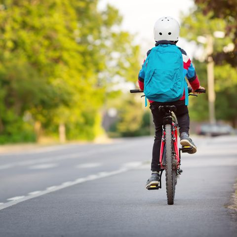 Viele Kinder fahren mit dem Fahrrad zur Schule (Symbolbild)