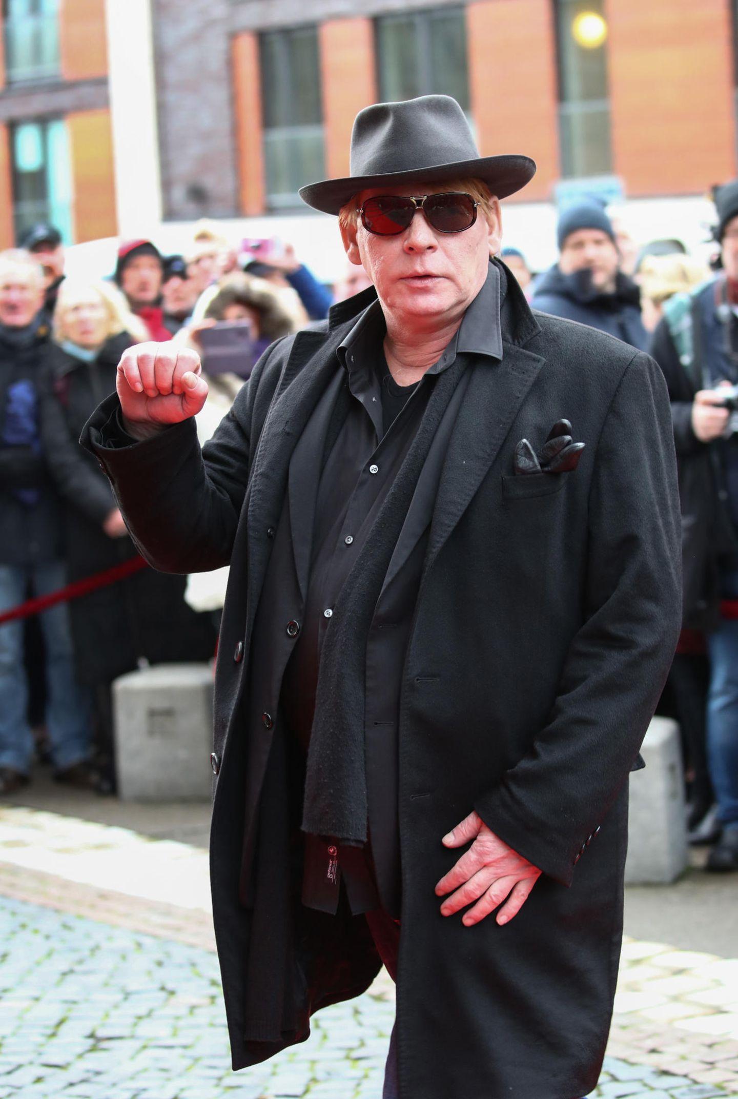Jan Fedder (†): Hinter Hut und Sonnenbrille versteckt, erscheint Schauspieler Ben Becker vor der Hamburger Hauptkirche.