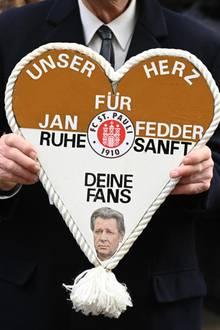 Rund 2000 Gäste nehmen an der Trauerfeier für Jan Fedder teil. Auch viele Fans versammeln sich am Hamburger Michel, um das norddeutsche Urgestein zu verabschieden.