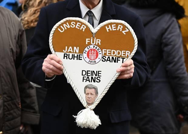Jan Fedder (†): Rund 2000 Gäste nehmen an der Trauerfeier für Jan Fedder teil. Auch viele Fans versammeln sich am Hamburger Michel, um das norddeutsche Urgestein zu verabschieden.