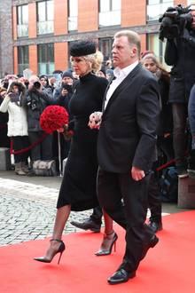 Die Witwe Marion Fedder kommt in Begleitung von Jörg Pawlik zur großen Trauerfeier ihres am 30. Dezember verstorbenen Mannes.