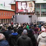 Jan Fedder (†): Viele Hamburger zeigen ihre Anteilnahme. Die Trauerfeier für Jan Fedder im Michel wird auf einer Großleinwand vor der Kirche übertragen.