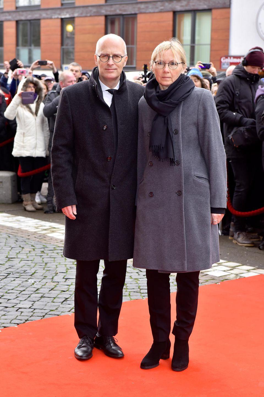 Neben Freunden und Kollegen aus dem Showbusiness begleiten auch Vertreter der Politik den letzten Gang von Jan Fedder. Unter ihnen ist Hamburgs Bürgermeister Peter Tschentscher und seine Ehefrau Eva-Maria Tschentscher.