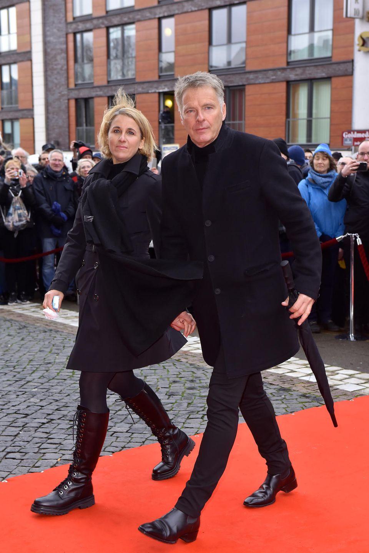 Moderator JörgPilawa nimmt die Chance wahr, sich von seinem Kollegen zu verabschieden, und erscheint zur Trauerfeier mit seiner Frau Ilka Pilawa an seiner Seite.