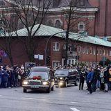 """Ein letztes Geleit: Nach der Trauerfeier im Hamburger Michel wird Jan Fedder noch einmal durch """"sein"""" Hamburg gefahren. Viele Fans säumen seinen Weg durch die Stadt und sagen so ein letztes Mal """"Tschüss""""."""