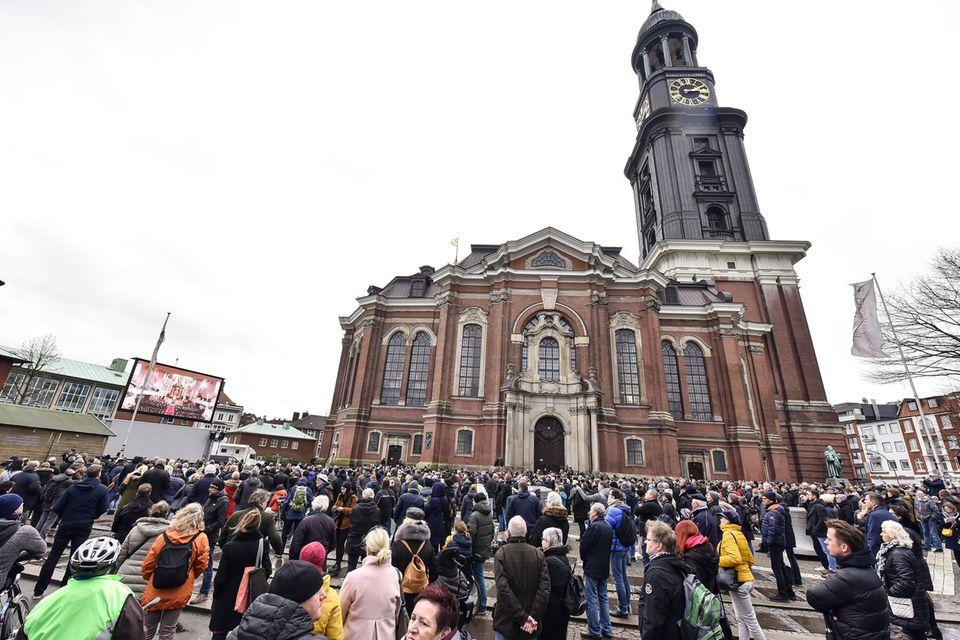 Zur Trauerfeier von Jan Fedder erscheinen am Dienstag (14. Januar) nicht nur zahlreiche Weggefährten, Freunde und die Familie, sondern auch unzähligeFans.