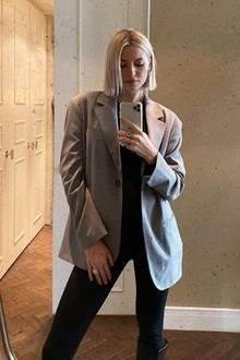 Mit einem Spiegel-Selfie meldet sich Lena Gercke auf Instagram bei ihren Fans. Es ist eines der ersten Fotos, diesie nach der großen Babynews zeigen– doch von ihrem Babybauch ist auf diesem Foto keine Spur. Clever versteckt ihn Lena an diesem Morgen unter ihrem schwarzen Shirt. Auch die schwarze Hose und der graue XL-Blazer sind perfekte Kleidungsstücke, um den wachsenden Babybauch nicht zu betonen.