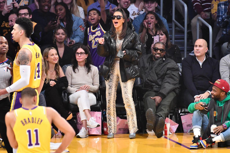 Kim Kardashian schaut beim Basketball zu