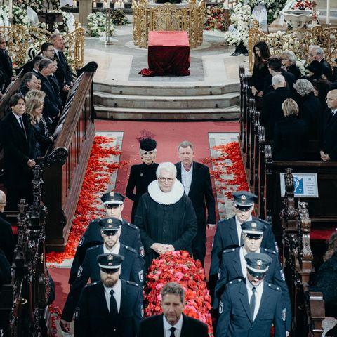 Jan Fedder (†): Geschmückt mit roten Rosen wird der Sarg von Jan Fedder nach der Trauerfeier aus dem Hamburger Michel getragen.