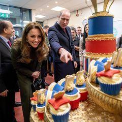 """Da staunen sogar die Royals: Die """"Cupcaker"""" aus Bradford haben Kate und William eine Torte gebacken, die eines künftigen Königspaares würdig ist. Etliche kleine Fotos des Paares und seiner Kinder wurden eingearbeitet. Als William ein Foto von sich als Kind sieht, kommt er gar ins Straucheln:""""Bin ich das? Weil das genauso aussieht wie Charlotte. Das ist unglaublich!"""""""