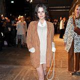 Ihr Material-Mix kommt auf der Fashion Week in Berlin super an! Bei der Show von Riani zeigt sich Ruby O. Fee in einem Look aus einer seidenenBluse, über die sie einen Pulli aus grobmaschigem Strick trägt. Ein brauner Blazer aus Wildleder und dazu passende Stiefel runden ihr stylishes Outfit ab.