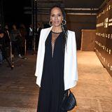 In einem bodenlangen Maxi-Dress zeigt sich Barbara Becker bei der Fashion Week in Berlin. Zur Riani-Show erscheint sie außerdem mit einem schlichten, weißen Blazer, den sie elegant über ihre Schultern gelegt hat.