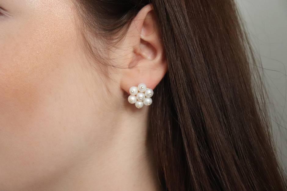 Frauenohr geschmückt mit einem Perlenohrring