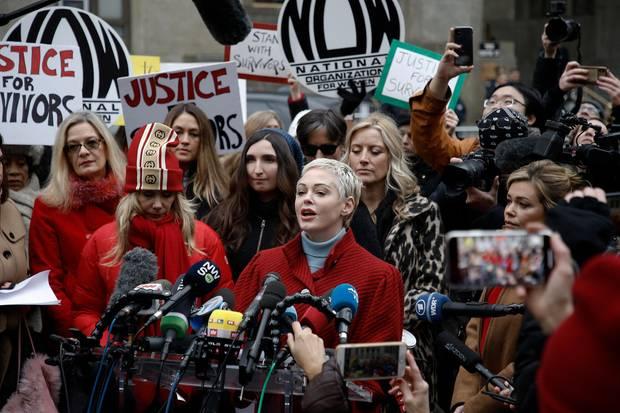 Während Harvey Weinstein im New Yorker Gericht um seine Zukunft bangt, demonstrieren betroffene Frauen und Schauspielerinnen wie Rosanna Arquette, Sarah Ann Masse, Rose McGowan, Paula Williams und Lauren Sivan gegen den Regisseur.