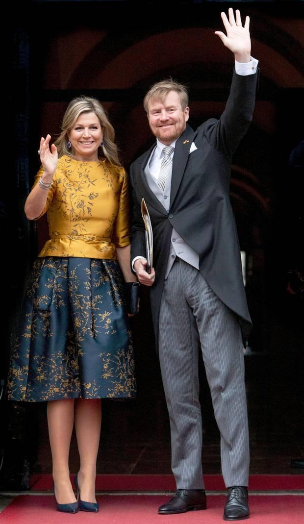 Königin Máxima und König Alexander winken den Fotografen zu