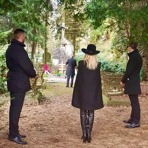 Marion Fedder am Grab ihres Mannes Jan Fedder