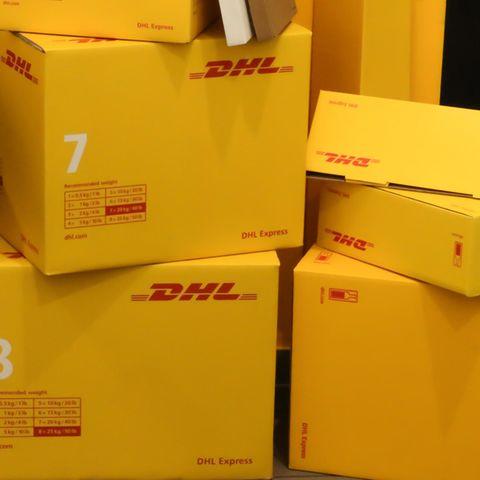 DHL-Kunden bekommen im Moment SMS und E-Mails, in denen sie aufgefordert werden, zwei Euro zu zahlen (Symbolbild)