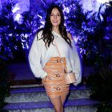 Während sich Johanna Klum in einem hautengen Schnallen-Rock der Designerin mit einer farblich dazu passenden Crossbody-Bag und einem weißen XL-Wollpulli zeigt ...