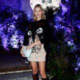In einen XL-Sweater mit Hundeschnauzehüllt sich Mandy Bork für die Berlin Fashion Week. Dazu trägt sie schicke Stiefel, die ihre schönen Beine super in Szene setzen.