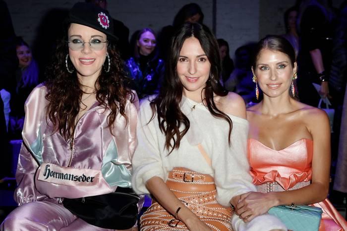 In der Front Row der Fashion Show von Marina Hoermanseder in Berlin treffen nicht nur Stars aus unterschiedlichen Branchen aufeinander, sondern auch die verschiedensten Styles ...