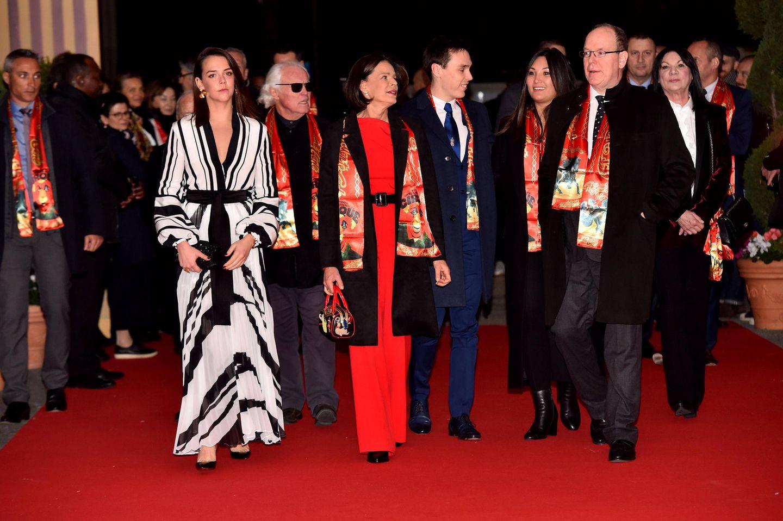 Auch Louis Ducruet, seine Frau Marie und Fürst Albert von Monaco sind mit von der Partie. Stéphanie und ihre Tochter schaffen es jedoch in ihren stylischen Looks alle Blicke auf sich zu ziehen.