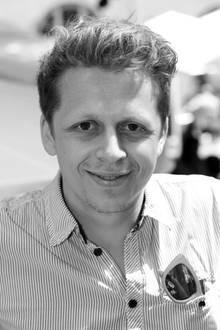"""17. Januar 2020:  Ferdinand Schmidt-Modrow (34 Jahre)  Der beliebte Schauspieler und Serien-Star Ferdinand Schmidt-Modrow ist im Alter von nur 34 Jahren völlig unerwartet gestorben. AlsTodesursache gilt eine nicht erkannte Vorerkrankung. Neben seiner Rolle alsPfarrer Simon Brandl in der Serie """"Dahoam is Dahoam"""" spielte derNachwuchs-Star auch in Erfolgsserien wie """"Sturm der Liebe"""" oder """"Rosenheim Cops"""" sowie im Kinofilm """"Die Welle"""" mit."""