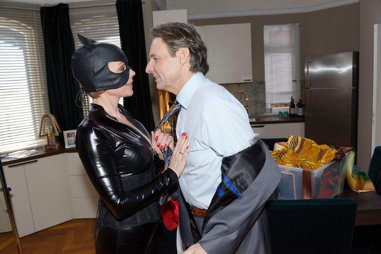 Miau! Yvonne (GisaZach) will Joe (Wolfgang Bahro) als Cat Woman verführen.