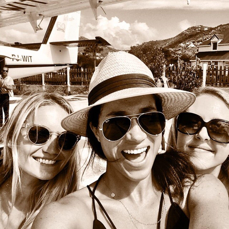 Im August 2014 verbrachten Heather, Meghan und die ProduzentinLindsay Roth einen gemeinsamen Urlaub auf der Karibikinsel St Barth. Dort entstand auch dieses Selfie der drei Frauen. Mit Sonnenhut und Pilotenbrille strahlt Meghan für die Kamera.