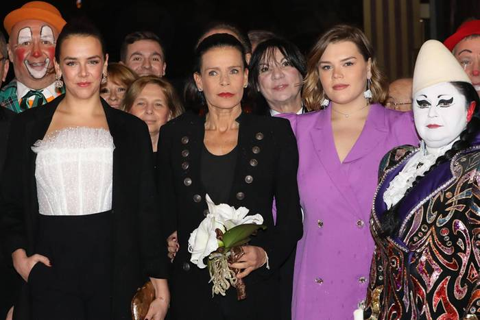 Ihre beiden Töchter, Pauline Ducruet und Camille Gottlieb, begleiten Prinzessin Stéphanie von Monaco zu den Feierlichkeiten rund um das beliebte Circus Festival. Ein Auftritt mit Seltenheitswert, denn gemeinsame Fotos der drei monegassischen Royals sind rar. Auffällig: Ebenso wie ihre Mutter Stéphanie tragen auch Pauline und Camille einen Blazer zu diesem Anlass.