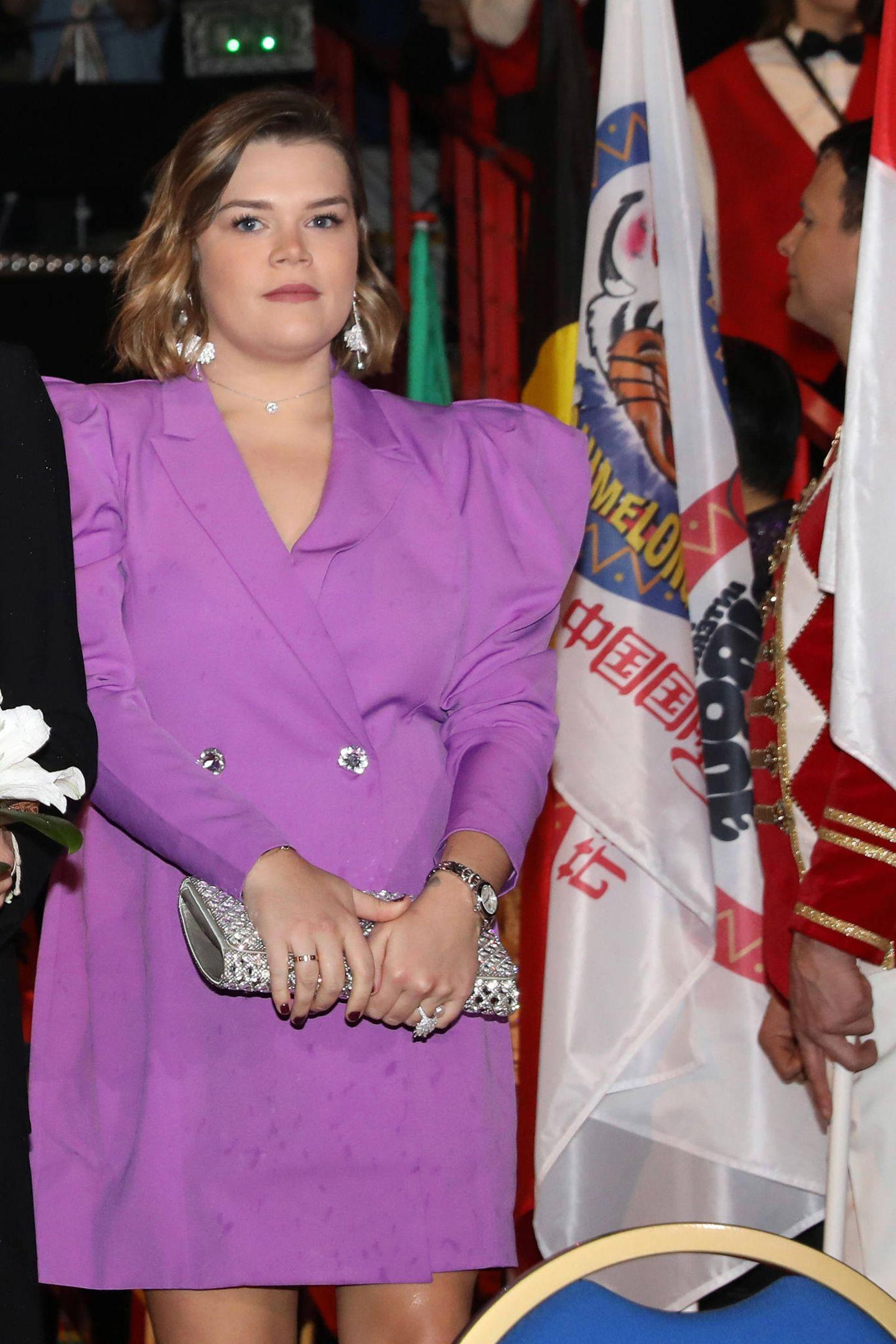 Für einen schönen Fliederton entscheidet sich Camille Gottlieb, die ihren XL-Blazer direkt als Kleid trägt und ihn zu silbernen Accessoires kombiniert.